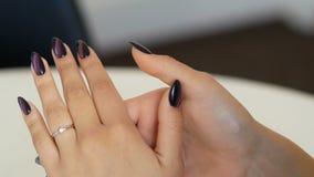 Женщина смотря кольцо на ее пальце на ювелирном магазине дама пробуя на некоторой драгоценности на бутике женщина ног принципиаль сток-видео