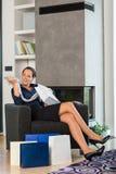 Женщина смотря комнату сбывания подарка одежд живущую Стоковое Изображение