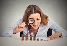 Женщина смотря корпоративного работника идя вверх по лестнице стога монетки Стоковые Фото