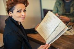 Женщина смотря меню Стоковые Изображения