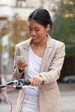 Женщина смотря мобильный телефон Стоковое Фото