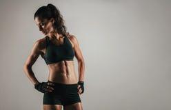 Женщина смотря назад пока изгибающ подбрюшные мышцы Стоковая Фотография RF
