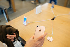 Женщина смотря новое iphone 7 камеры iSight Стоковая Фотография