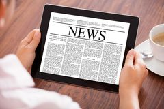 Женщина смотря новостную статью Стоковые Изображения RF