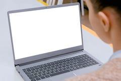 Женщина смотря ноутбук с белым пустым дисплеем стоковые фотографии rf