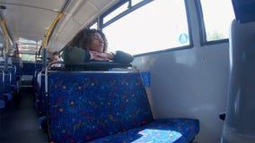 Женщина смотря окно на автобусе 4k акции видеоматериалы