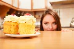 Женщина смотря очень вкусный сладостный торт gluttony Стоковые Фотографии RF