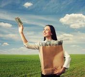 Женщина смотря 100 долларов Стоковые Фото