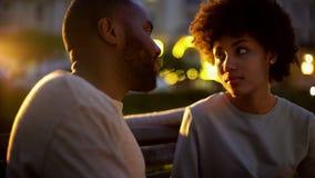 Женщина смотря парня с надеждой, на открытом воздухе датой, недоразумением, конфликтом стоковая фотография