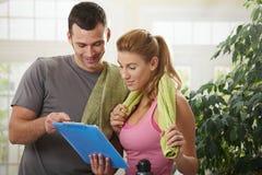 Женщина смотря план тренировки Стоковая Фотография RF