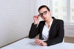 Женщина смотря пренебрежительно стекла подъемной скобы Стоковая Фотография RF