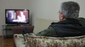 Женщина смотря ТВ сток-видео