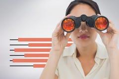 Женщина смотря через бинокли против белой предпосылки с infographics стоковое изображение