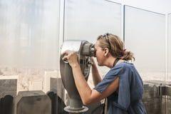 Женщина смотря через телезрителя монетки смотря вне на Central Park, m Стоковые Изображения RF