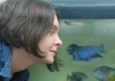 Женщина смотря шар рыб Стоковая Фотография