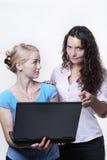 Женщина 2 смотря экран компьютера Стоковые Изображения