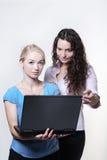 Женщина 2 смотря экран компьютера Стоковое Фото