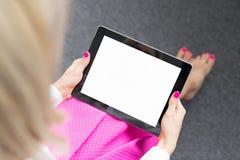 Женщина смотря экран планшета стоковые фотографии rf