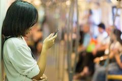 Женщина смотря экран smartphone стоковые фотографии rf