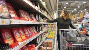 Женщина смущаясь перед покупать продукты сток-видео