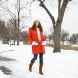 женщина снежка гуляя Стоковое Изображение RF