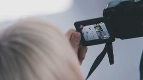 Женщина снимает видео на камере акции видеоматериалы