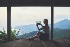 Женщина снимает видео чудесного взгляда субтропического леса во время ее перемещения в Таиланде стоковое изображение rf