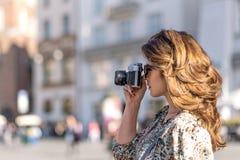 Женщина снимает фото стоковая фотография