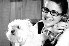 женщина собаки счастливая Стоковое фото RF