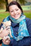 женщина собаки счастливая стоковая фотография