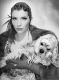 женщина собаки счастливая Стоковые Изображения