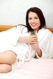 женщина сока кровати выпивая relaxed Стоковое фото RF