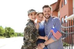 Женщина-солдат с ее семьей outdoors Военная служба стоковая фотография rf