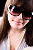 женщина солнечных очков портрета очарования Стоковые Изображения