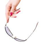 женщина солнечных очков удерживания руки Стоковые Фотографии RF