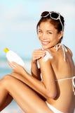 женщина солнцезащитного крема Стоковые Фото