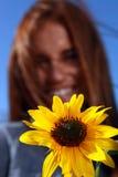женщина солнцецвета с волосами outdoors поля красная Стоковое Изображение RF