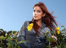 женщина солнцецвета с волосами outdoors поля красная Стоковая Фотография