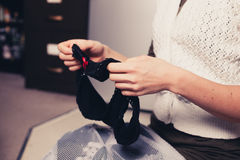 Женщина сортируя ее прачечную Стоковая Фотография RF