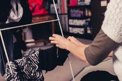 Женщина сортируя ее прачечную Стоковые Изображения