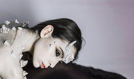 Женщина составляет как демон хеллоуин празднует Демон с стилем рожков и терниев модным Волшебная женщина ужаса стоковые изображения