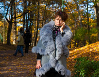 женщина сотового телефона говоря Стоковое Фото