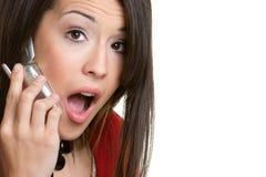 женщина сотрястенная телефоном стоковое фото rf