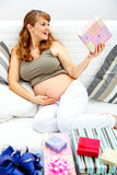 женщина софы подарков младенца счастливая супоросая Стоковое Фото