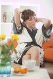 женщина софы bathrobe Стоковые Изображения