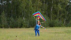 Женщина со змеем радуги outdoors сток-видео