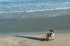 Женщина со спать младенцем на море стоковое фото