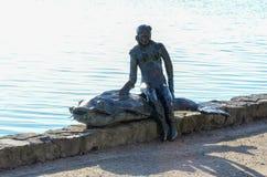Женщина со статуей 2 рыб стоковые фотографии rf