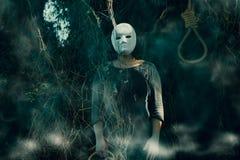 Женщина со страшной маской стоковое изображение rf