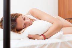 Женщина спать на белой подушке в кровати дома Стоковая Фотография RF